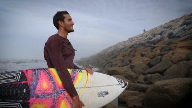 Photo de Ramzi Boukhiam remporte l'étape de Hang Loose du Championnat du monde de surf